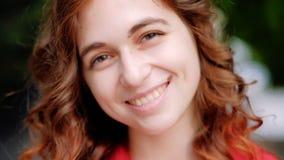 Lyckligt le ljust rödbrun hårfödelsemärke för kvinna lager videofilmer