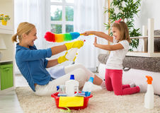 Lyckligt le mamma- och ungelokalvårdrum royaltyfri fotografi