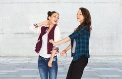 Lyckligt le nätt dansa för tonårs- flickor Royaltyfria Bilder