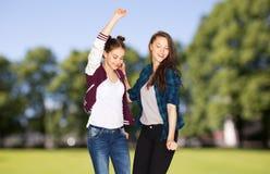 Lyckligt le nätt dansa för tonårs- flickor Royaltyfri Bild