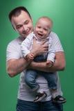 Lyckligt le omfamna för fader som är hans, behandla som ett barn pojken Royaltyfria Foton