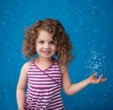Lyckligt le skratta barn: Blå bakgrund iskalla fryste Snowfla Royaltyfri Bild