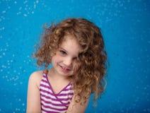 Lyckligt le skratta barn: Blå bakgrund iskalla fryste Snowfla Arkivbild