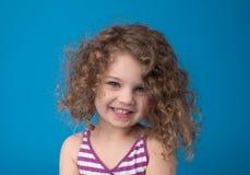 Lyckligt le skratta barn: Flicka med lockigt hår Arkivfoton