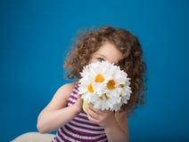 Lyckligt le skratta barn: Flicka med lockigt hår Arkivbilder