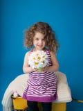 Lyckligt le skratta barn: Flicka med lockigt hår Royaltyfria Foton