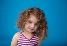 Lyckligt le skratta barn: Flicka med lockigt hår Royaltyfri Fotografi