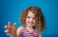 Lyckligt le skratta barn: Flicka med lockigt hår Arkivfoto