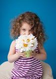 Lyckligt le skratta barn: Flicka med lockigt hår Royaltyfri Foto