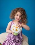 Lyckligt le skratta barn: Flicka med lockigt hår Royaltyfri Bild