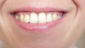 Lyckligt le slut för ung kvinna upp flicka som ler tänder och kantnärbild Lady för ansiktsbehandling Expressions lager videofilmer