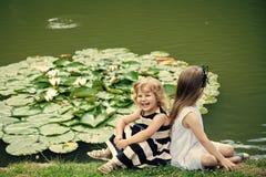 Lyckligt leende för barn på grönt sjölandskap Groende och tillväxt Royaltyfria Foton