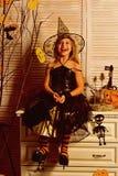 Lyckligt leende för liten flicka på halloween, lyckabegrepp Liten flicka som ler i häxadräkt Glädje och lycka Lyckligt royaltyfria bilder