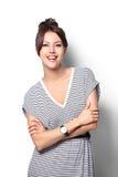 Lyckligt leende för nätt upphetsad kvinna, ung attraktiv flickastående Arkivbild