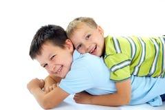 lyckligt leka för bröder royaltyfria bilder