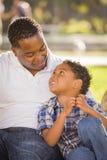 Lyckligt leka för fader och för Son för blandad Race Arkivfoto