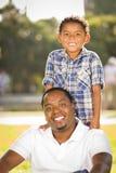 Lyckligt leka för fader och för Son för blandad Race Fotografering för Bildbyråer