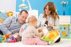 lyckligt leka för familj tillsammans Arkivfoto