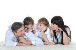 Lyckligt ligga för familjfolk Fotografering för Bildbyråer