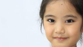 Lyckligt litet asiatiskt barn som ler och dansar lager videofilmer