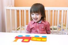 Lyckligt litet barn med pufferen av pappers- detaljer Royaltyfria Foton