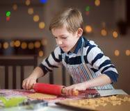 Lyckligt litet barn som förbereder kakor för jul och nytt år arkivfoto