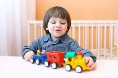 Lyckligt litet barn som spelar den plast- pufferen Royaltyfria Bilder