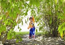 Lyckligt litet barn som spelar superheroen arkivfoto