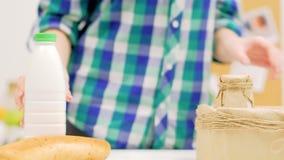 Lyckligt livsmedel som packar upp kvinnan som ut tar asken lager videofilmer