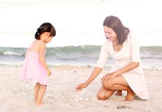 lyckligt ?lska f?r familj Moder och hennes dotterbarnflicka som spelar sand på stranden royaltyfri fotografi