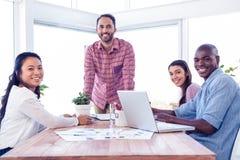 Lyckligt mång- etniskt affärsfolk i mötesrum arkivfoto