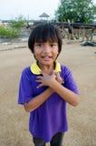 Lyckligt mörkt haired asiatiskt liten flickabarn Arkivfoton