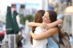 Lyckligt möte av att krama för vänner Royaltyfria Bilder