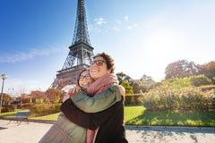 Lyckligt möte av vänner som kramar i Paris Fotografering för Bildbyråer