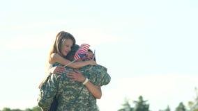 Lyckligt m?te av soldaten med familjen utomhus