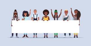Lyckligt mankvinnaanseende som rymmer tillsammans det tomma begreppet för demonstration för plakatteckenbräde som ler afrikans royaltyfri illustrationer