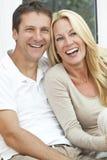 Lyckligt medelåldrigt skratta för man- och kvinnapar Arkivfoton