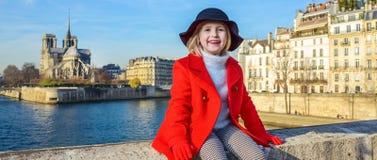 Lyckligt modernt barn på invallning i Paris, Frankrike koppla av Arkivbild