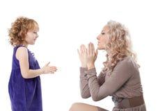 lyckligt moderspelrum för dotter Fotografering för Bildbyråer
