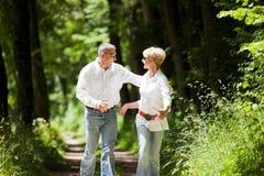 lyckligt moget för par utomhus Arkivfoto