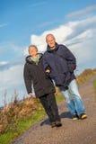 Lyckligt mogna dyn för det baltiska havet för par avslappnande arkivfoto