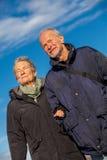 Lyckligt mogna dyn för det baltiska havet för par avslappnande arkivbild