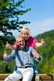 Lyckligt mogna, eller höga par som har, går Arkivfoton