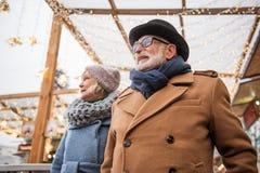 Lyckligt mogna par som utanför firar händelse Royaltyfri Bild