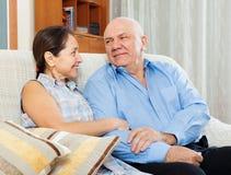 Lyckligt mogna par tillsammans Royaltyfri Fotografi