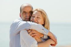 Lyckligt mogna par tillsammans Fotografering för Bildbyråer