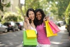 Lyckligt multietniskt shoppa för vänner Royaltyfri Foto