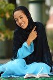 lyckligt muslimkvinnabarn arkivfoto