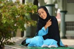 lyckligt muslimkvinnabarn royaltyfri bild