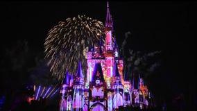 Lyckligt n?gonsin efter ?r spektakul?ra fyrverkerier visar p? Cinderellas slott p? m?rk nattbakgrund i magiskt kungarike 1 arkivfilmer